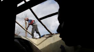 Haitiano reconstroi telhado levado pelo furacão