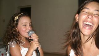Dos niñas riendo (Foto: Javier Rosenblueth)