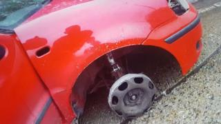 The car missing its front tyre