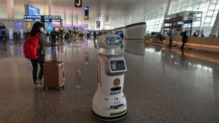 """Vuhan'daki Tianhe Havalimanı'nda görev yapan bir """"robot polis"""""""