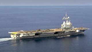 Hàng không mẫu hạm Charles De Gaulle lần đầu tiên cho thấy tiêm kích Rafale hôm 5/1/2001