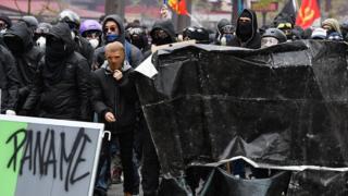Başkent Paris'teyse maskeli protestocularla güvenlik görevlileri arasında zaman zaman arbede yaşandı, polis biber gazıyla müdahale etti