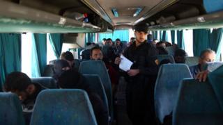 حافلة تقل بعض مقاتلي جيش الإسلام وأسرهم