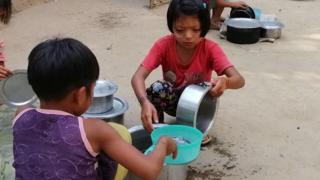 ရခိုင်ပြည်နယ်အတွင်းက စစ်ဘေးရှောင်စခန်းတစ်ခုမှ ကလေးငယ်အချို့