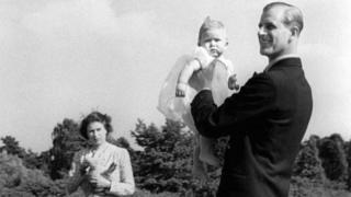 Prince Charles sendo levantado pelo pai