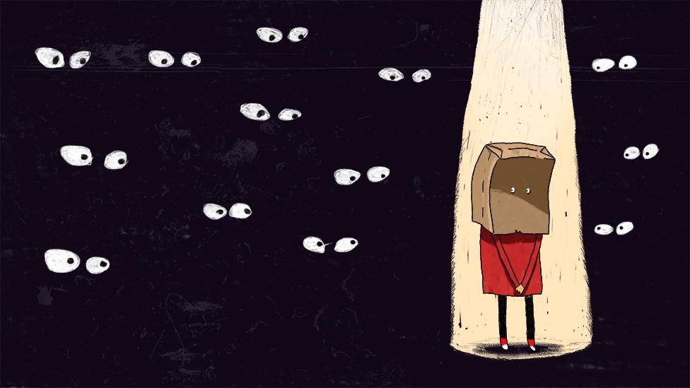 Ilustração mostrando pessoa tímida, com a cabeça coberta por saco de papel, iluminada e sendo observada