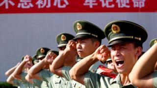 miembros del PC chino y de la fuerza paramilitar en un evento para celebrar los 98 años de existencia de la formación, el pasado junio, en Shenzhen.