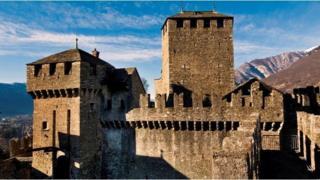 位于瑞士和意大利接壤处的贝林佐纳 (Bellinzona) 城堡的城垛,在中世纪土地战争中意义重大