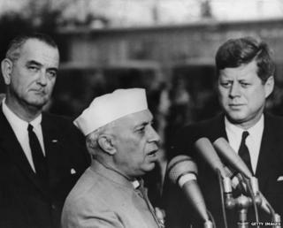 भारत के पूर्व प्रधानमंत्री जवाहर लाल नेहरू(बीच में) अमरीका के पूर्व राष्ट्रपति जॉन एफ़ कैनेडी (दाएं) के साथ