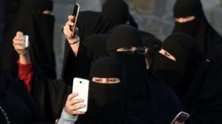 'Yan Saudiyya na amfani da wayoyin zamani na komai da ruwan ka irinsu Iphone