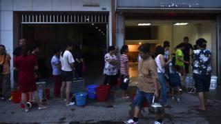 天鴿颱風過後澳門某缺電的居民樓外居民排起長隊論候取水(24/8/2017)