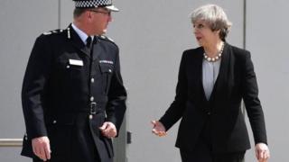 23-майда Тереза Мэй шаардык полициянын жетекчиси Иан Хопкинс менен теракт болгон жерге барды.