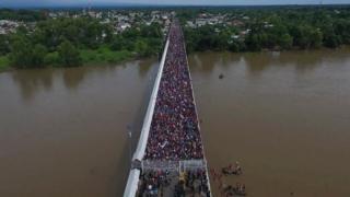 Ponte lotada de imigrantes na fronteira entre México e Guatemala