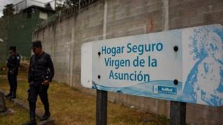 Agentes de policía frente al Hogar Seguro Virgen de la Asunción, en Guatemala.