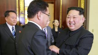 El líder norcoreano Kim Jong-un fue retratado dándoles la bienvenida a los miembros de la delegación surcoreana el 6 de marzo de 2018.