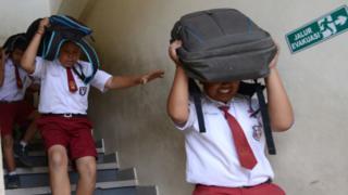 Anak-anak sekolah di Tanjung Benoa, Bali, tengah mengikuti drill jika ada tsunami, 15 Agustus 2017.