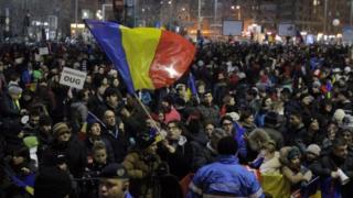 Demonstran di depan kantor pemerintahan di Bukares, Romania, Foto: 4 February 2017