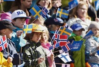 북유럽 국가들의 국기를 들고 있는 어린이들