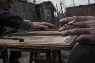 Domiklerde (küçük, geçici deprem evleri) tavla benzeri Narde oyununu oynayanlar