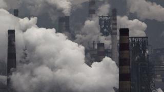 河北一家工厂排放阵阵浓烟