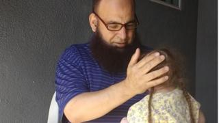 محمد بزيك مع أحد الأطفال