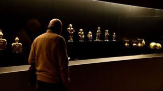 Hombre observa piezas del tesoro en el Museo de las Américas de Madrid.