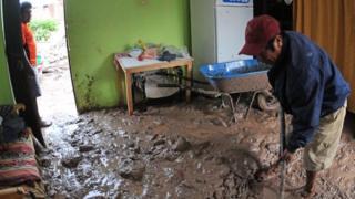 Un hombre en una casa llena de lodo, en Aplao, Arequipa