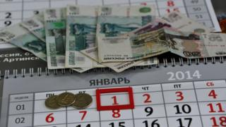 рубли лежат на календаре