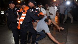 الشرطة المغربية تتعامل مع محتجين