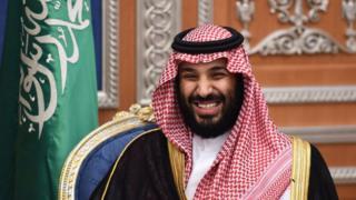 Suudi Arabistan Veliaht Prensi Muhammed bin Salman gülerken görülüyor.