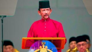 """Le sultan de Brunei a appelé à """"renforcer"""" les enseignements islamiques dans son pays au moment où entrait en vigueur une nouvelle législation inspirée de la charia."""