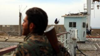 Suriye Demokratik Güçleri Tabka kentinde 27 Mart'ta çatılarda gözetleme görevi yapıyor