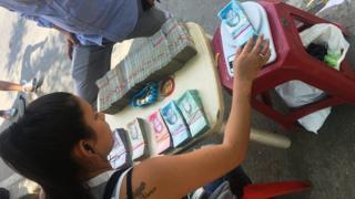 Cambista colombiana con dinero venezolano. (Foto: Boris Miranda)