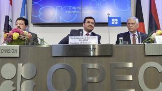 معلقون يرون أن قرار قطر يهدف إلى التركيز على الغاز
