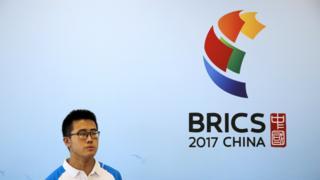 金砖国家领导人厦门峰会媒体中心内的一名志愿者(2/9/2017)