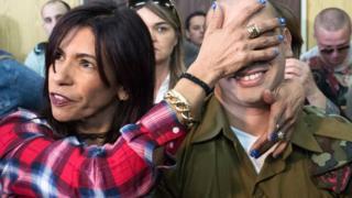 الجندي الإسرائيلي إيلور عزاريا وأمه في المحكمة