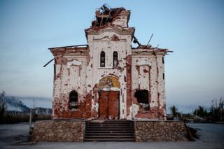 Церковь под Донецком со следами обстрелов