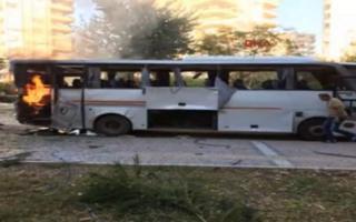 Mersin'de saldırı sonrası yanan polis servis aracı