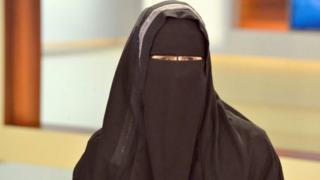 नक़ाब पहनी महिला