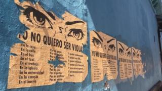 Cartel en una calle de Tegucigalpa contra la violancia hacia la mujer