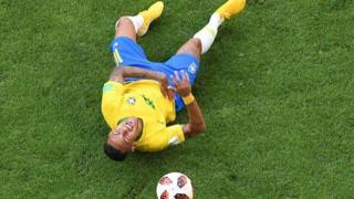 Cầu thủ Brazil Neymar bị chỉ trích vì các màn ăn vạ