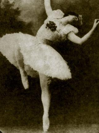 1910'larda ünlü balerin Matilda Kşesinskaya gibi giyinen bir drag queen