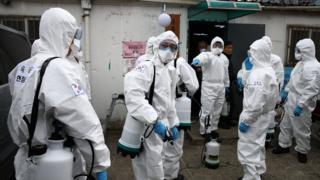 Солдаты южнокорейской армии на дезинфекции сеульских трущоб