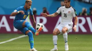 Neymar y Cristian Gamboa de Costa Rica.