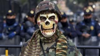 Manifestante protesta por militarización en México, Diciembre de 2017