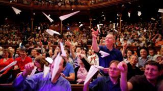 Lanzamiento de aviones de papel en Harvard