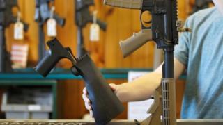 ابزارهای شلیک سریع با استفاده از لگد خود تفنگ، شلیک را مداوم و بیوقفه ادامه میدهند و تفنگ را شبیه تفنگهای تمامخودکار میکنند که سه دهه است ممنوع شدهاند.