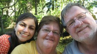 Rebecca, Davina e Daniel Dixon