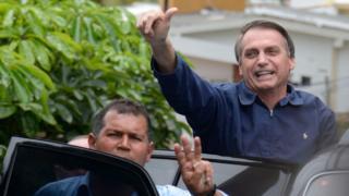 Bolsonaro (dir) em sua casa no Rio