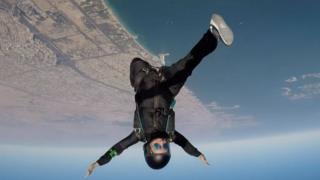 Fotografias de Latifa fazendo paraquedismo
